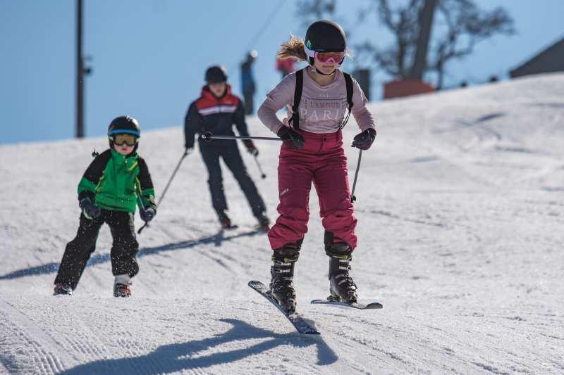 Schueler beim Schifahren am Schorschi-Hang